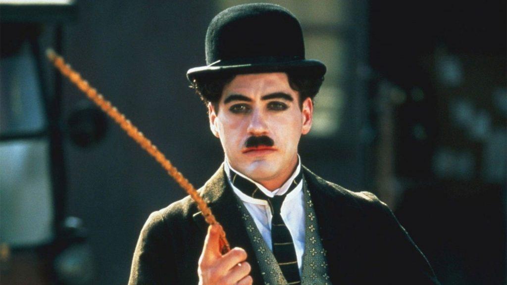 Robert Downey Junior i rollen som Chaplin i filmen med samma namn.