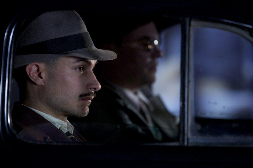 Gael Garcia Bernal i rollen som Pablo Neruda i filmen Neruda.