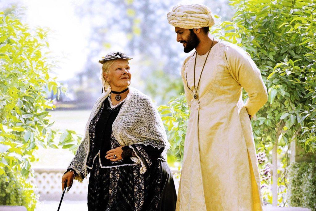 Judi Dench och Ali Fazal i rollerna som Queen Victoria och Abdu Karim i filmen Victoria & Abdul.