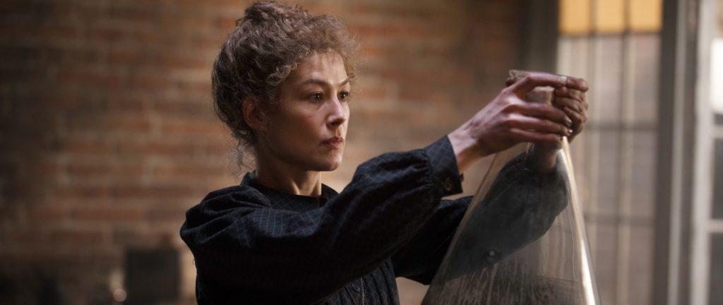 Rosamund Pike i rollen som Marie Curie i filmen Radioactive.