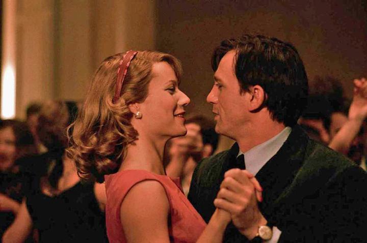 Gwyneth Paltrow och Daniel Craig i rollerna som poeterna Sylvia Plath och Ted Hughes i filmen Sylvia.