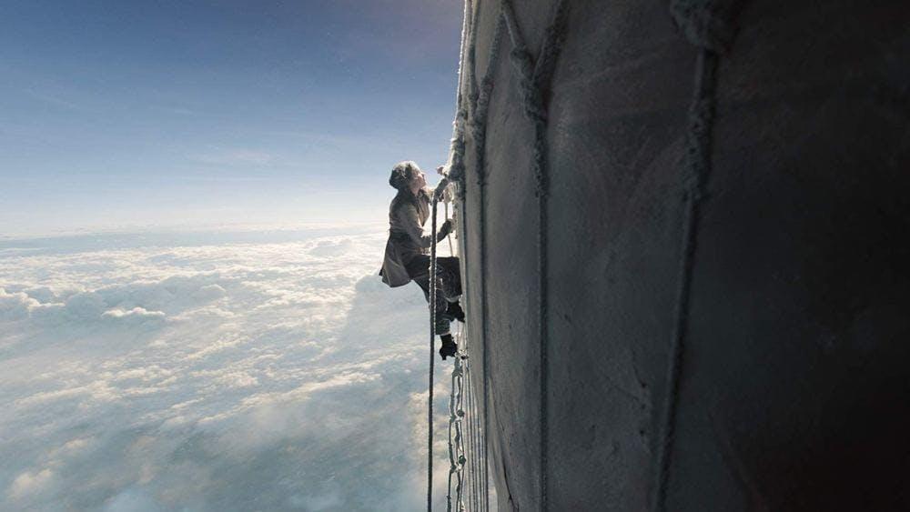 Felicity Jones i rollen som Amelia Wren i filmen The Aeronauts.